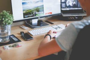Image d'un technicien informatique qui tape sur son clavier, chez un client à Beaune, Santenay, Chalon ou Dijon